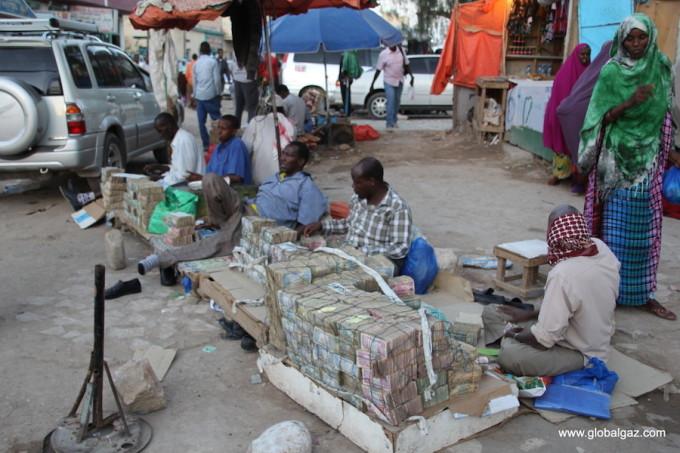 """<p> """"Chợ tiền"""" là trải nghiệm thú vị nhất của Gazarian. Tại quốc gia này, đồng tiền sử dụng chính là Shilling do Ngân hàng Somaliland điều chỉnh. Tuy nhiên, vì không được công nhận cũng như không có tỷ giá hối đoái nên đồng tiền Somaliland không có mấy giá trị. Người dân vì thế đem tiền ra chợ bán cho một số khách du lịch nhằm kiếm thêm ngoại tệ.</p>"""