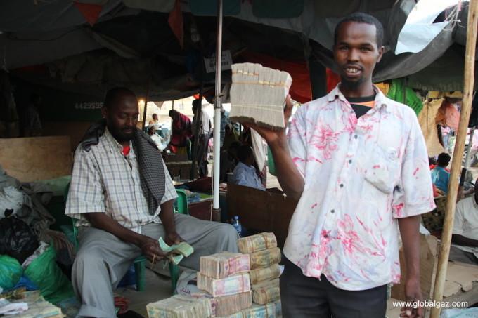 """<p> Đôla là đồng tiền được ưa thích nhất tại Somaliland. Chỉ với một tờ 10 đôla, du khách sẽ nhận lại 50 kg tiền giấy. """"Bạn thậm chí phải mang theo bao tải để đựng hết số tiền này"""", Gazarian cười nói.</p>"""
