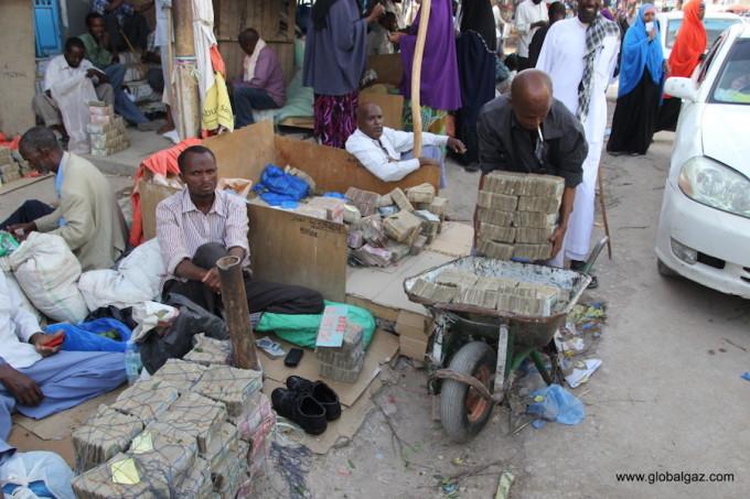 <p> Du khách khi đến Somaliland có thể thưởng thức nhiều loại trái cây tươi ngon, bánh pizza phô mai hấp dẫn và ghé thăm các chợ lạc đà. Tuy nhiên, cần lưu ý toàn bộ người dân Somaliland là người Hồi giáo. Họ không ăn thịt lợn, chơi cờ bạc hay dùng đồ uống có cồn. Người Somaliland thường tụ tập vào chiều thứ sáu để nghe thuyết pháp và cầu nguyện tập thể.</p>