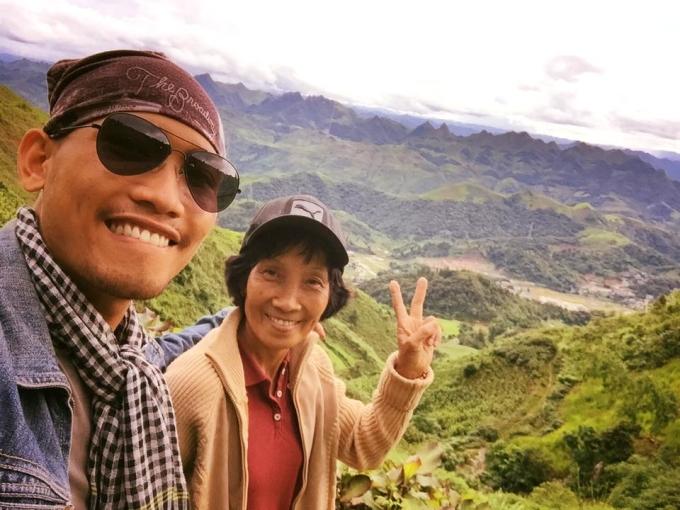 <p> Đến Sơn La hôm 20/7, hành trình xuyên Việt của Trần Thái Sơn và mẹ là Phan Thị Ngọc Hạnh đã bước sang ngày thứ 10. Sơn, sinh năm 1993, đi phượt đã nhiều, còn mẹ sinh năm 1959, đến từ Đồng Nai, thì chuyến này là lần đầu.</p>