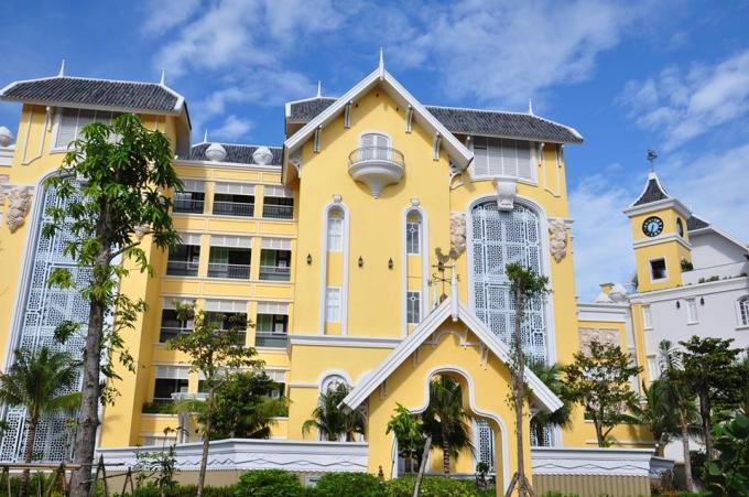 <p> Được thiết kế dựa trên ý tưởng về một trưởng đại học 100 năm tuổi, JW Marriott Emerald Bay Phú Quốc khiến du khách như trở về thời cắp sách tới trường với thời khóa biểu và bài tập.</p>