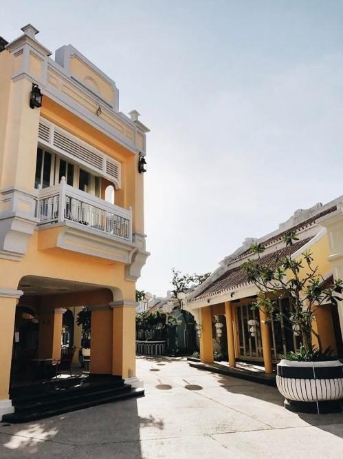 <p> Bằng cách này, du khách sẽ khám phá được kiến trúc của resort và tìm ra những góc nhỏ xinh xắn khi chụp hình. Tại đây có những kiến trúc vừa quen, vừa lạ như góc đường tái hiện khung cảnh ở phố cổ Hội An với những bức tường vàng, nhà cao 2 tầng, mái ngói thâm nâu.</p>
