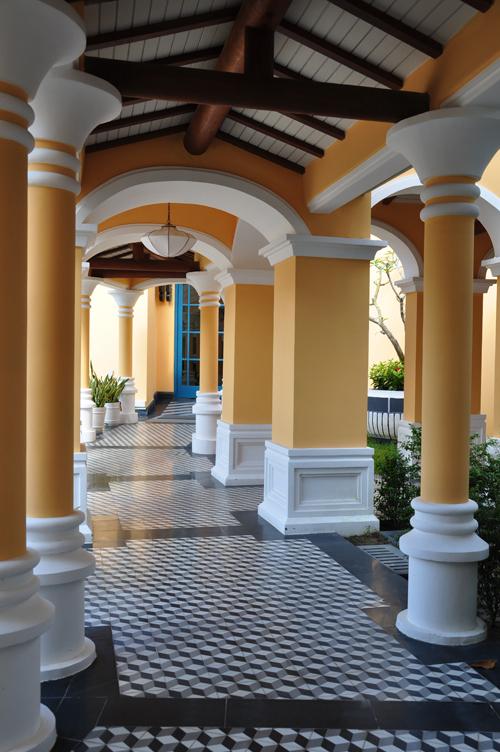 <p> Một trong những góc chụp không thể bỏ qua của du khách khi nghỉ tại khách sạn. Những hàng cột đối xứng tại dãy hành lang tạo cho bức ảnh chiều sâu.</p>