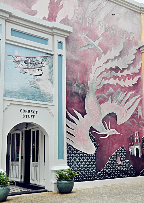 <p> Hay bức tranh tưởng khổ lớn gợi nhắc đến hình ảnh phố cổ Penang, Malaysia nhưng với những hình ảnh thân thuộc với văn hóa Việt Nam.</p>