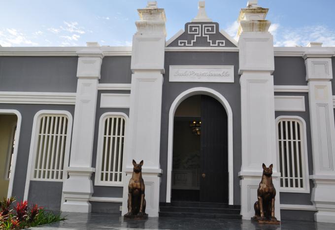 """<p> Hơn 200 bức tượng và phù điêu đã được tạo tạc riêng cho """"ngôi trường"""" này. Nổi bật trong số ấy là những bức tượng đảo khuyển (giống chó xoáy Phú Quốc) uy nghiêm làm công việc gác cổng.</p>"""