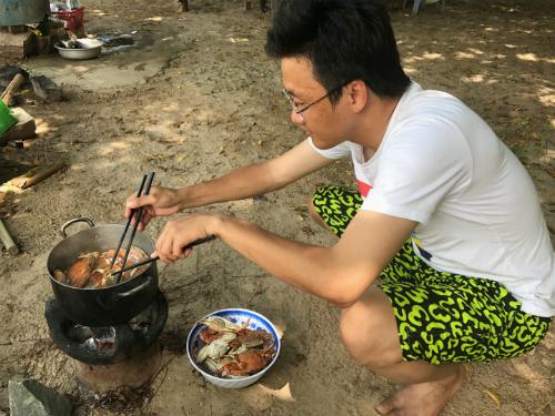 Du khách có thể trải nghiệm cuộc sống người dân đảo: ra khơi đánh bắt hải sản, dùng cơm tối với gia đình người dân trên đảo.