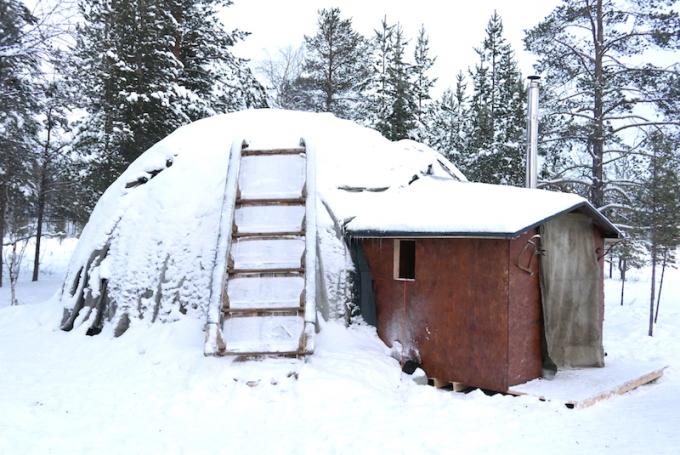 <p> Dù sống theo lối du mục, việc di chuyển của họ không thực sự liên tục. Chính vì sống trong điều kiện thời tiết khắc nghiệt có lúc xuống tới -20 đến -30 độ C, người Saami có một lối sống đơn giản, gắn bó với tự nhiên. Họ sống trong những túp lều làm bằng da thú gọi là Kuvaksa (ảnh), uống trà thảo mộc, ăn các sản vật nuôi trồng hoặc đánh bắt được và thậm chí thuốc men họ cũng dùng toàn bộ là thảo dược.</p>