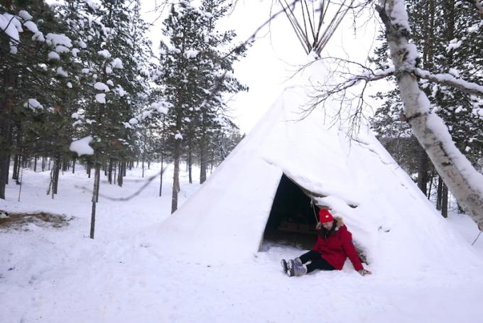 <p> Crystal Huyền Trang được thết đãi những món ăn truyền thống của người Saami khi tới đây như súp cá hồi (Lim), thịt tuần lộc, và trà thảo dược (Pakula). Món tráng miệng là bánh mứt quả mọng. Quả mọng được hái vào mùa xuân và làm thành mứt để phết bánh trong những ngày giá lạnh nhất. Bên lò sưởi mọi người có thể thưởng thức trà và bánh ngọt ngào, xen lẫn vị chua dịu của quả mọng.</p>