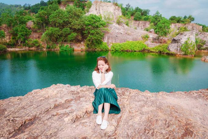 """<p class=""""Normal""""> <strong>An Giang</strong></p> <p class=""""Normal""""> Hồ nước nằm trên đỉnh núi Tà Pạ (huyện Tri Tôn, An Giang) nhờ màu xanh ngọc in bóng các mỏm đá như cảnh trong phim cổ trang, nên được nhiều bạn trẻ ví là """"tuyệt tình cốc"""" phiên bản miền Tây. Hồ nước là dấu vết của mỏ khai thác đá. Ảnh: <em>Lily Le.</em></p>"""