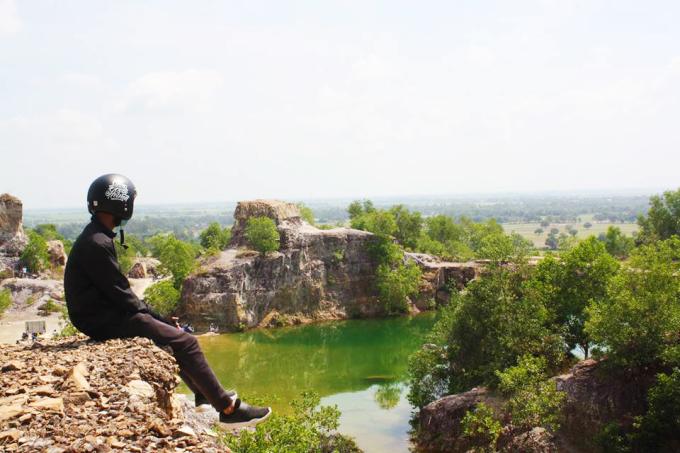 """<p class=""""Normal""""> Màu nước ở hồ thay đổi theo độ sâu nên có chỗ màu xanh thẫm, có nơi màu nhạt hơn. Du khách có thể đến tham quan trong ngày hoặc cắm trại qua đêm. Để đến hồ, từ chợ Tri Tôn bạn hỏi đường đến chùa Tà Pạ, người dân hay gọi là chùa Núi hay chùa Chưn Num (theo tiếng Khmer). Từ cổng chùa đi khoảng 400 m sẽ tới đỉnh đồi, nơi có hồ nước. Ảnh: <em>Trần Phát Đạt.</em></p>"""