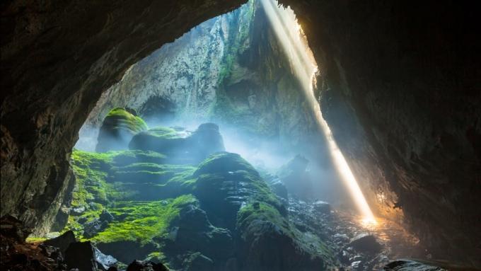<p> <strong>Hang Sơn Đoòng</strong></p> <p> Được phát hiện năm 1991, hang Sơn Đoòng (Quảng Bình) với 3 triệu năm tuổi hiện là hang rộng lớn nhất thế giới. Nằm trong Vườn quốc gia Phong Nha - Kẻ Bàng, thế giới bí ẩn trong lòng đất này còn chứa cả một dòng sông ngầm, những khối măng đá khổng lồ và các hố sụt đưa ánh sáng tự nhiên vào. Hang mở cửa từ tháng 2 đến tháng 8 hàng năm nhưng hang chỉ đón một lượng khách nhất định. Ảnh: <em>Jarryd Salem.</em></p>
