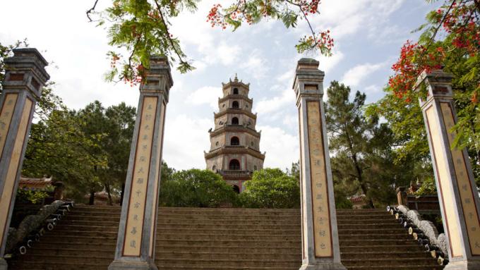 <p> <strong>Huế</strong></p> <p> Nằm bên dòng sông Hương êm đềm ở dải đất miền Trung, Huế là cố đô của Việt Nam dưới thời nhà Nguyễn vào khoảng giữa thập niên 1500 tới năm 1945. Thành phố hiện vẫn còn gìn giữ nhiều công trình lịch sử như lăng tẩm, đền chùa... và đặc biệt là Quần thể di tích Cố đô Huế được UNESCO công nhận là di sản thế giới. Ảnh: <em>Wakako Iguchi.</em></p>