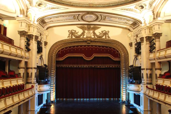 <p> <strong>Nhà hát Lớn Hà Nội</strong></p> <p> Do Pháp thiết kế và xây dựng từ năm 1901 đến 1911, Nhà hát Lớn Hà Nội được làm dựa theo công trình Palais Garnier ở Paris, hiện là công trình kiến trúc nổi bật nhất của thủ đô. Đây là nơi tổ chức các sự kiện lớn, hòa nhạc, biểu diễn văn hóa đương đại... của các nghệ sĩ Việt Nam lẫn nước ngoài. Nhà hát này cũng lớn nhất Việt Nam với sức chứa tới 600 người. Ảnh: <em>Hương Chi.</em></p>