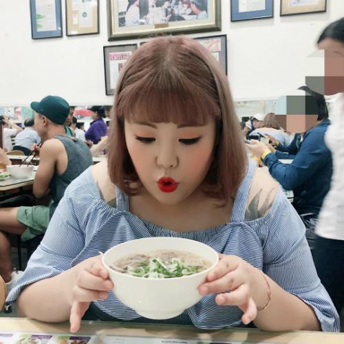Soobin luôn cố gắng đăng nội dung song ngữ khi đến Việt Nam: Đây là tô phở đầu tiên ở Việt Nam của tôi (tiếng Hàn) Tôi đến ăn phở rồi. Ngon quá! (tiếng Việt). Ảnh:Yang Soobin.