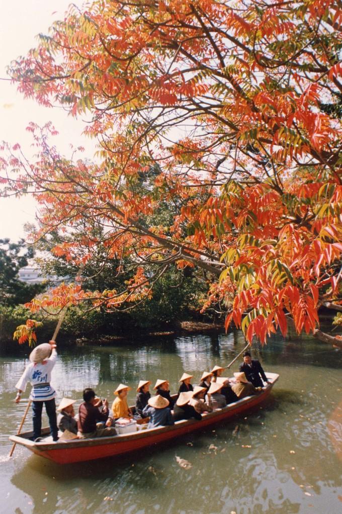 <p> <strong>Thành phố Yanagawa</strong><br /> Yanagawa (Fukuoka) được ví như Venice của Nhật Bản bởi có tới gần 500 kênh đào kết nối các dòng sông, du khách tới không thể bỏ qua hoạt động ngồi thuyền ngắm cảnh đôi bờ. Dọc các bờ kênh đào là những hàng liễu xanh rủ bóng mát ngày hè, hoa anh đào rực nở vào xuân hay không thể thiếu mùa lá đỏ vào thu. Ảnh: <em>JTB</em>.</p>