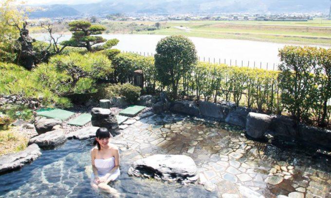 """<p> <strong>Làng Harazuru</strong><br /> Là một trong những ngôi làng lớn và nổi tiếng với """"đặc sản"""" suối nước nóng nằm ở tỉnh Fukuoka, Harazuru thu hút tới 800.000 khách du lịch trong và ngoài nước mỗi năm. Đặc biệt các du khách nữ rất thích tắm suối nước nóng ở đây, bởi nước nơi này không chỉ giàu chất khoáng, tinh khiết mà còn làm chậm quá trình lão hóa, giúp da luôn mịn màng. Ảnh: <em>Asakura-minpaku.</em></p>"""