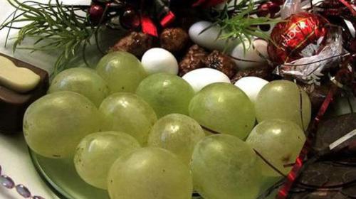 12 quả nho ăn trong năm mới được gọi là 12 quả nho may mắn. Ảnh: Simple Spanish Food.