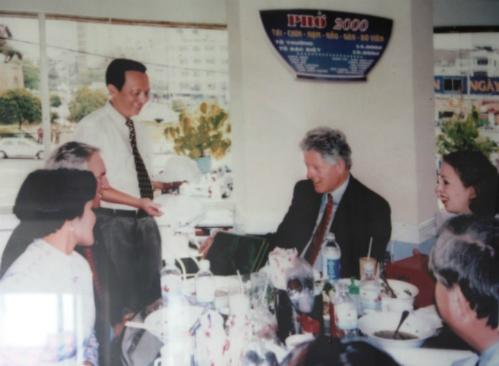 PhởChuyến thăm hữu nghị mang tính lịch sử diễn ra vào năm 2000, khi vợ chồng cựu Tổng thống Mỹ Bill Clinton tới Việt Nam lần đầu tiên, sau 25 năm chiến tranh kết thúc. Gia đình Clinton đã đến hàng phở Cồ gần Văn Miếu Quốc Tử Giám. Gia đình cựu Tổng thống có lẽ rất thích món ăn này nên khi vào TP HCM, ông cũng ghé một quán phở gần chợ Bến Thành để thưởng thức. Theo lời kể của nhà hàng, ông Clinton rất hòa nhã, vui vẻ và còn chụp ảnh kỷ niệm với nhân viên tại đây. Ảnh: TripAdvisor.