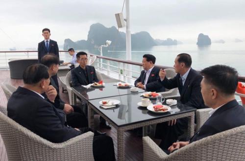 Trước đó, phái đoàn Triều Tiên đã đến cảng tàu khách du lịch quốc tế Tuần Châu (Quảng Ninh) và bắt đầu hải trình kéo dài 3 tiếng khám phá vịnh Hạ Long trên du thuyền vào sáng 27/2.