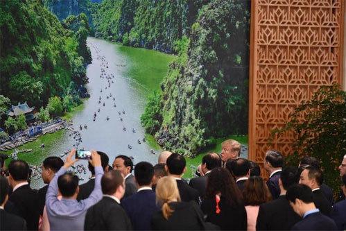 Bức ảnh về Tràng An được Thủ tướng Nguyễn Xuân Phúc giới thiệu với Tổng thống Mỹ. Ảnh: Ngọc Thành.