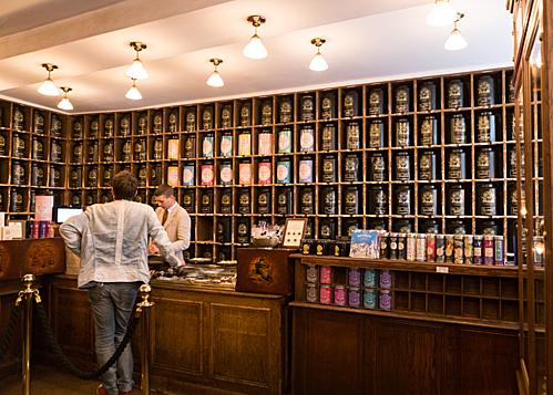 Nằm tại khu phố nổi tiếng Le Marais vốn là khu phố với nhiều dinh thự dành riêng cho giới quý tộc, cũng như là nơi tập trung rất nhiều bảo tàng và khu triển lãm, quán trà Mariage Frères thu hút du khách với vẻ ngoài cổ điển đậm chất Pháp.