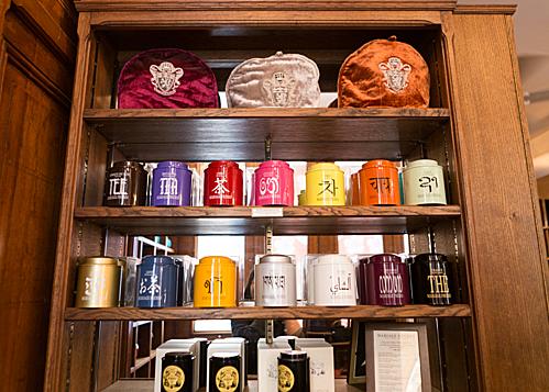 Cách bày trí và đóng gói trà cũng là 1 điểm khiến Mariage Frères trở thành 1 món quà lưu niệm không thể thiếu với nhiều khách du lịch khi tới kinh đô ánh sáng Paris. Giá của 1 gói trà 100 gram dao động từ 18 Euro – 66 Euro ( tương đương 480.000 VND – 1.700.000 VND). Ảnh: Obonparis.