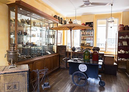 Nếu cảm thấy việc ngồi thưởng thức những tách trà là chưa đủ, du khách có thể ghé thăm bảo tàng trà (Museé de The) tại đây. Không gian và cách trưng bày của bảo tàng sẽ giúp người tham quan hiểu hơn về lịch sử của trà tại các quốc gia, cũng như cảm nhận được câu chuyện về trà được vẽ lên từ của ông chủ người Pháp từ những ngày đầu thành lập Mariage Frères.