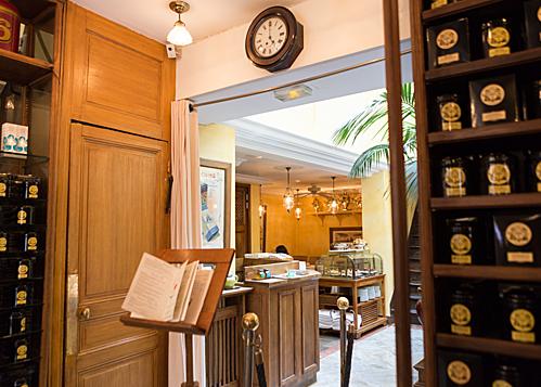 Ngoài việc mua những gói trà thơm ngon về làm quà lưu niệm cho người thân, du khách khi đến đây có thể thưởng thức trà tại quán. Phòng thưởng trà ( Salon dé The) được trang trí với nội thất cổ, nền gạch trắng cùng với cây xanh tạo một môi trường yên tĩnh cho những người đam mê thưởng trà.