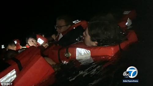 Sau 2,5 tiếng xảy ra sự cố, một con tàu khác gần đó đã nhận được tín hiệu cầu cứu và đến đưa toàn bộ hành khách vào bờ an toàn. Ảnh: ABC7.