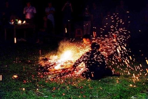 Người nhảy lửa bốc than bằng tay không và hất tung trong không gian.
