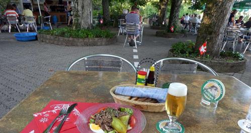 Nơi ăn tối ở Thụy Sĩ với tay sang Đức lấy bia