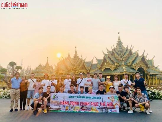 Đoàn khách tham quan bảo tàng mở Muang Boran.