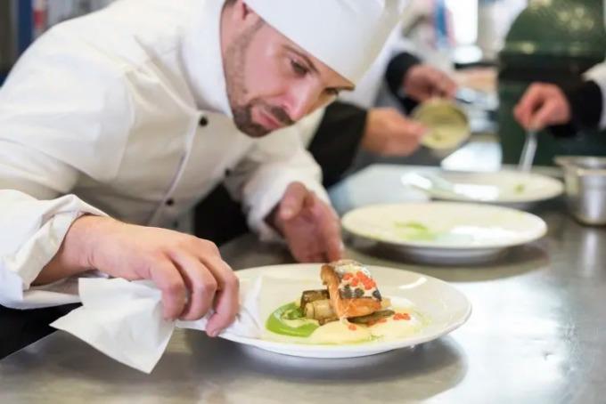 Những đầu bếp yêu nghề luôn dành nhiều tâm sức cho từng món ăn phục vụ thực khách. Ảnh:iStock.