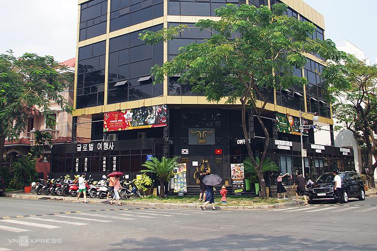 Khu phố Hàn ở quận 7 có đầy đủ dịch vụ, có nơi chỉ gắn biển hiệu tiếng Hàn mà không có tiếng Việt hay tiếng Anh. Ảnh: Tâm Linh