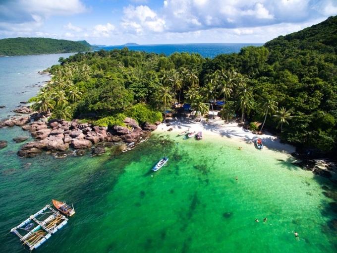 Hòn Móng Tay - Hòn Gầm Ghì - Hòn Mây RútVới làn nước trong xanh, cảnh quan thiên nhiên hoang sơ, đây là 3 hòn đảo mà du khách không nên bỏ lỡ khi tới Phú Quốc. Các hoạt động trên hòn đảo đa dạng với lặn biển ngắm san hô, câu cá, câu mực và các trò chơi trên biển. Vào mùa khô tháng 10 - tháng 3, du khách có thể đến cảng An Thới để thuê tàu hoặc cano. Giá thuê cano khoảng 3 triệu, bạn có thể đi ghép để tiết kiệm chi phí. Tuy nhiên, lựa chọn tối ưu nhất là đặt các tour đi 3 đảo, giá từ 5.500.000 đồng, có xe đưa đón tại điểm, gồm tiền thuyền và bữa trưa. Ảnh: Jimmy Tran/Shutterstock.