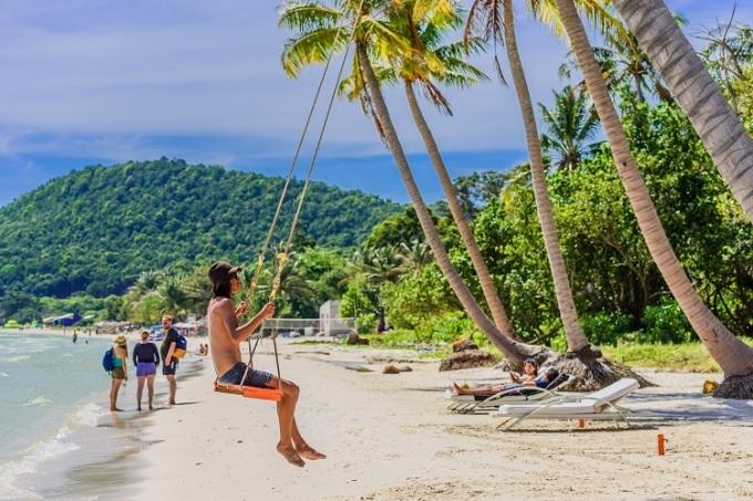 Bãi Sao - Bãi KhemNằm ở nam đảo, bãi Sao và bãi Khem là 2 bãi biển đẹp và thu hút du khách nhất ở Phú Quốc. Với bờ cát trắng trải dài, nổi bật trên màu xanh của rừng cây và màu ngọc bích của nước biển, bãi tắm là nơi du khách thỏa sức tận hưởng những ngày nắng, trong những làn gió mát rượi từ đại dương.