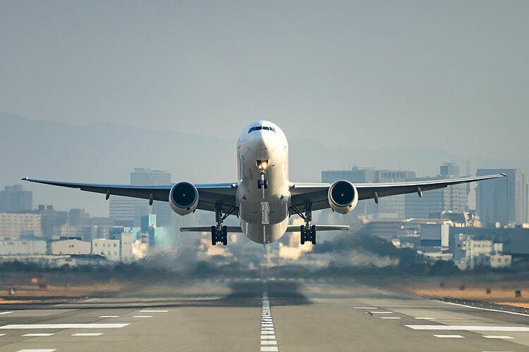 Nhiều người vẫn đang sử dụng phương tiện hàng không để di chuyển khắp nơi trên thế giới trong dịch Covid-19, câu hỏi là, làm gì để an toàn khi trên máy bay được quan tâm. Ảnh: Shutterstock.