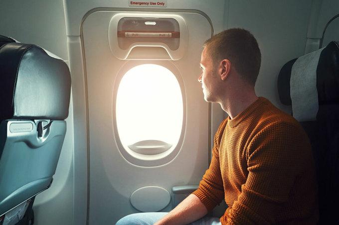Vị trí ngồi gần cửa sổ có thể giúp bạn hạn chế tiếp xúc với nhiều người. Ảnh: iStock.