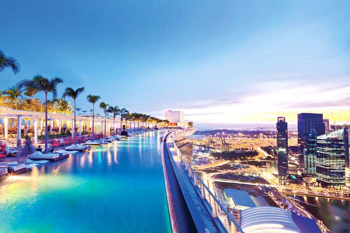 Hồ bơi vô cực dài nhất thế giới ở Marina Bay Sands cũng xuất hiện trong một cảnh quay của bộ phim. Ảnh: Marina Bay Sands.