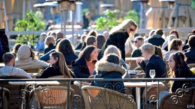 Trong khi người dân ở hầu hết các nước châu Âu đang dành phần lớn thời gian ở nhà theo lệnh của chính phủ, người Thụy Điển cuối tuần qua vẫn tận hưởng ánh mặt trời mùa xuân. Họ ngồi trong quán cà phê và nhấm nháp cá trích trong nhà hàng. Biên giới Thụy Điển vẫn mở cửa (đối với công dân EEA - Khu vực kinh tế châu Âu), cũng như rạp chiếu phim, phòng tập thể dục, quán rượu và trường học. Ảnh: EPA