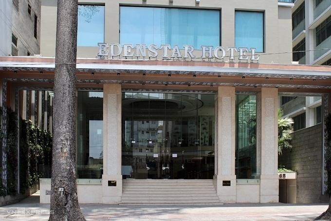 Khách sạn 4 sao Edenstar quy mô 128 phòng trên đường Bùi Thị Xuân, quận 1, đang đóng cửa. Đây là con đường tập trung nhiều khách sạn tầm trung từ 2 - 4 sao. Ảnh chụp 3/4. Ảnh: Nguyễn Nam.