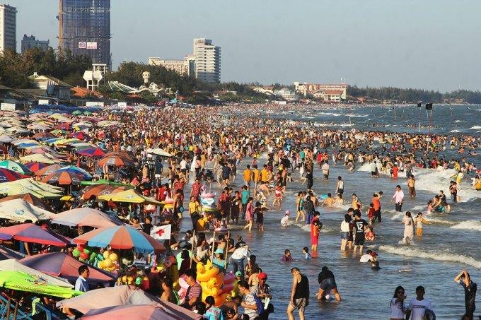 Biển Vũng Tàu đông nghịt khách dịp Tết Nguyên Đán. Ảnh: Nguyễn Khoa.