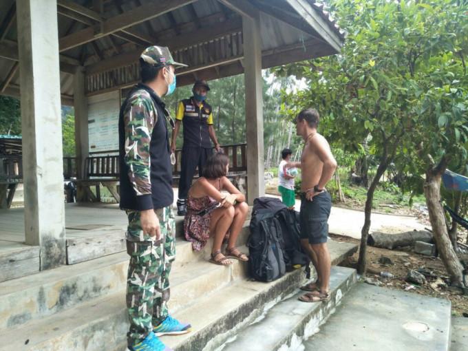 Họ được cảnh sát địa phương giúp đỡ và chuyển tới một khách sạn trong vùng, nơi vẫn mở cửa phục vụ khách du lịch. Ảnh: Viral Press.