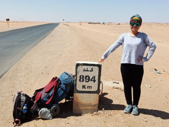 Thanh Mai thực hiệnhitchhike ở sa mạc Sahara, Sudan. Cô chia sẻ Mình muốn nói với các bạn có ước mơ khám phá giống như mình rằng, mình làm được thì bạn cũng làm được. Ảnh: NVCC.