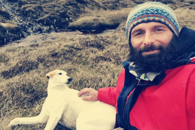 Christian Lewis và chú chó Jet hiện sống trên đảo Hildasay.Ảnh: CNN/Christian Lewis.