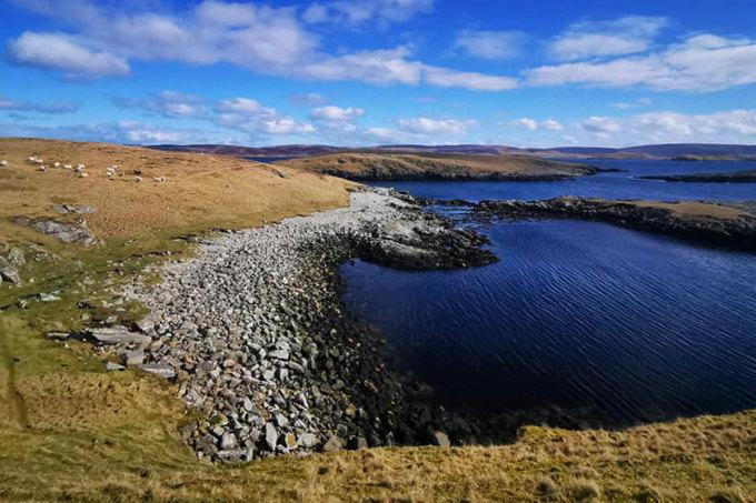 Đảo Hildasay có diện tích khoảng 1km2, nơi cao nhất là 32m và hầu như không có người ở kể từ cuối thế kỷ 19.Ảnh: CNN/Christian Lewis.