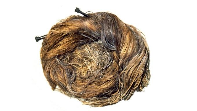 Búi tóc của một người phụ nữ La Mã được khai quật và trưng bày trong bảo tàng Yorkshire. Ảnh: Twitter.