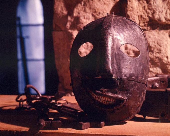 Chiếc mặt nạ như trong phim kinh dị tại bảo tàngRoyal Armouries, Leeds, Anh. Ảnh: Twitter.