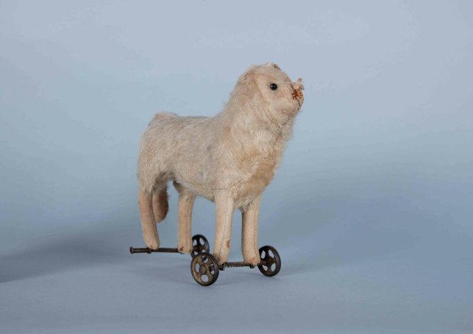 Con ngựa có khả năng tự di chuyển từ chỗ này sang chỗ khác trong bảo tàng ở Canada. Ảnh: Twitter.