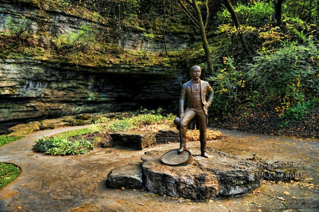Tượng của Jack Daniel đặt trước con suối Spring Hollow trong khuôn viên nhà máy chưng cất rượu, nơi thu hút tới 280.000 lượt khách hàng năm. Ảnh: Lynn Roebuck.